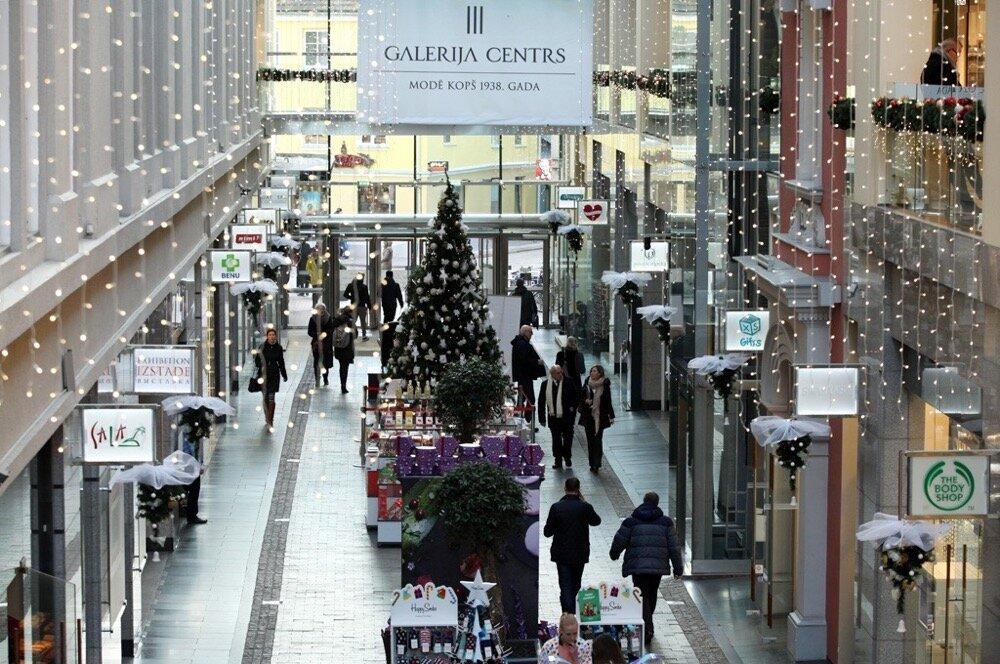 """Ziemassvētku tirdziņš un svētku rotājumi tirdzniecības centrā """"Galerija Centrs""""."""