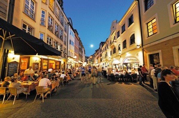 Gut besuchte Auflentische der Restaurants in der Bergerstrafle, Altstadt, D¸sseldorf, Nordrhein-Westfalen, Deutschland, Europa