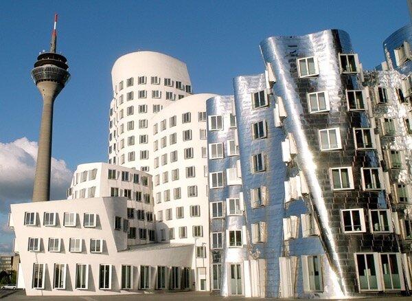 Die Gehry-Bauten im MedienHafen, im Hintergrund der Rheinturm